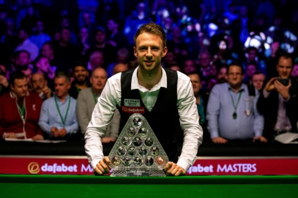 judd-trump-with-the-dafabet-masters-trophy